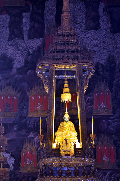 The Emerald Buddha in his winter robe. Photo courtesy of WPPilot, Wikimedia Commons license